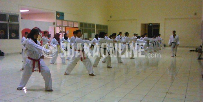 UKM Taekwondo sedang melakukan latihan  untuk mempersiapkan Turnamen yang diselenggarakan oleh STT Teksti, 9-10 April 2015. (Nida F J/ Magang)