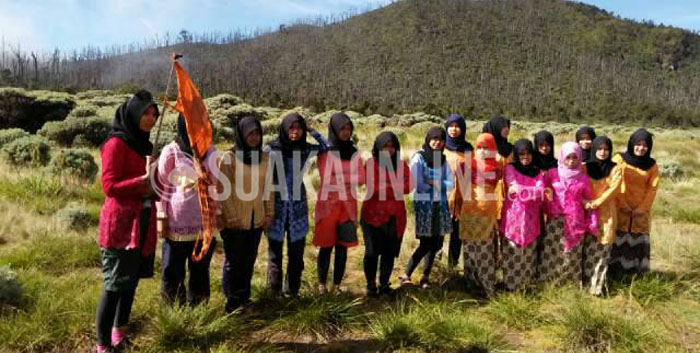 Sejumlah mahasiswa UIN SGD Bandung memperingati hari Kartini dengan melakukan pendakian Gudung Papandayan 20 sampai 22 April 2015 lalu. (Dok. Mahapeka).