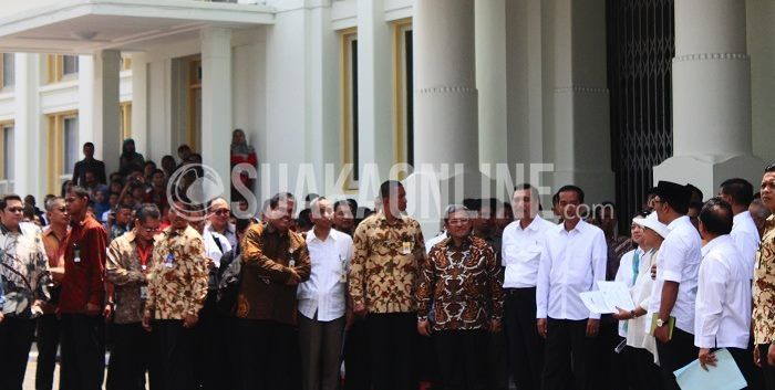 Presiden Joko Widodo setelah melakukan pengecekkan di dalam gedung Merdeka dan akan melakukan konferensi pers tentang tanggapannya mengenai persiapan KAA di Bandung, Kamis (16/4/2015). (Restia Aidila Joneva/ Suaka)
