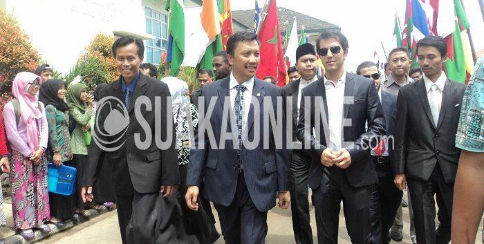 Dari kiri: Mukhtar Solihin (Wakil Rektor II UIN SGD Bandung), Imam Nahrowi (Kemenpora), salah satu delegasi negara NAAYC, dan Syarif Saefullah (Ketua Dema UIN Bandung), berjalan menuju gedung serbaguna UIN Bandung. Senin (20/4/2015). ( Ridwan Alawi/Magang)