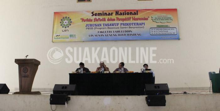 Para pemateri sedang menyampaikan materinya dalam Seminar Nasional 'Perilaku Sufistik dalam Perspektif Neurosains' yang berlangsung di Auditorium Serbaguna UIN SGD Bandung. Rabu (15/4/2015).
