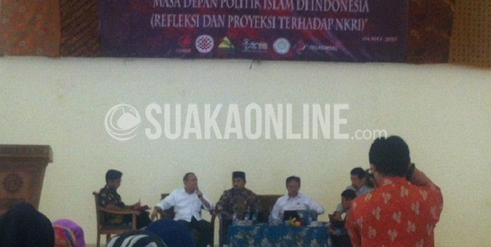 Para narasumber yang tengah menyampaikan materi seputar politik Islam, dalam seminar yang diselenggarakan oleh DIM Siyasah, Selasa (4/5/2015). (Hasna Salma/ Magang)