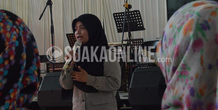 Salah satu anggota Komunitas Praxis, Sari Suryana sedang memaparkan kegiatannya di komunitas tersebut. Mahasiswa Psikologi UIN SGD Bandung tersebut menyampaikan kesannya sebagai seorang pendamping pada acara Konser Kemanusiaan, di Auditorium UIN SGD Bandung, Rabu (20/5/2015). (Isthiqonita/ Suaka)