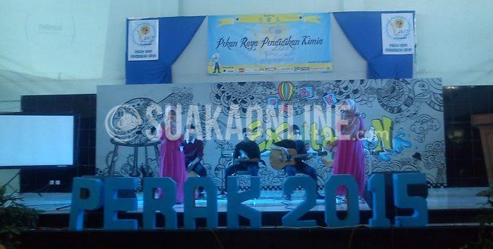 ":  ""Cation Band"" tengah tampil di atas panggung dalam lomba akustik di Auditorium UIN SGD Bandung, (6/5/2015). Lomba akustik menjadi penutup dari seluruh rangkaian acara Pekan Raya Pendidikan Kimia (Perak) 2015. (Fitriani Utami Dewi/Magang)"