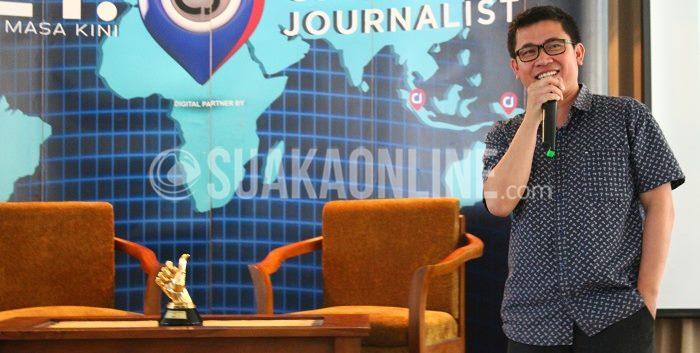 AVP NET.TV News, Kemal Ramdhan  sedang memberikan materi tentang Citizen Journalist, pada seminar Roadshow NET.TV yang digelar di Aula Fakultas Dakwah dan Komunikasi lantai 4. Seminar tersebut diselenggarakan oleh NET.TV bekerja sama dengan BEM-J Jurnalistik Bidang Nalar, Selasa (5/5/2015). (Intan Resika/ Kontributor)