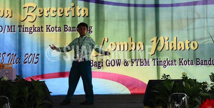 Salah satu peserta sedang menunjukan penampilannya dalam lomba bercerita yang diselenggarakan oleh Pemerintah Kota Bandung, Kamis (28/5/2015). (Restia A Joneva/ Suaka)