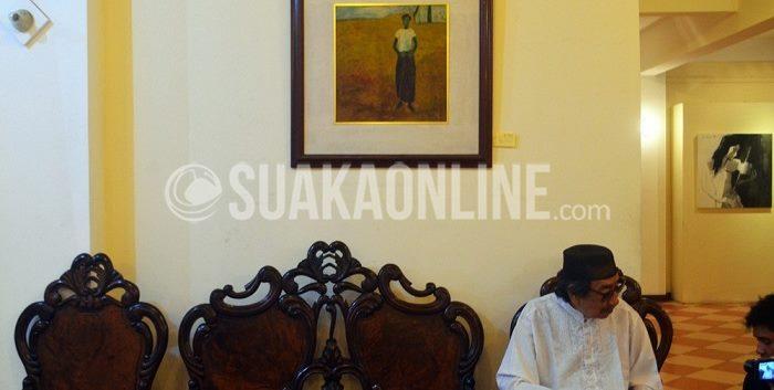 Pelukis Jeihan Sukmantoro melayani pengunjung yang ingin meminta tanda tangan usai pembukaan pameran 50 Tahun Mata Hitam Jeihan di Studio Jeihan Jl. Padasuka 143-145 Pasirlayung, Bandung, pada Sabtu (26/9/2015).Pameran tersebut akan berlangsung hingga Senin (5/10/2015). (A Rijal Hadyan/ Suaka)