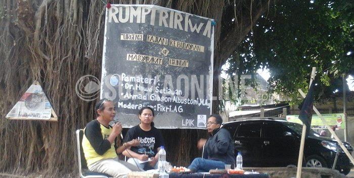 Lembaga Pengkajian Ilmu Ke-Islaman (LPIK) tengah berdiskusi dalam acara Rumpi Ririwa yang bertema Urgensi Kajian Kebudayaan & Masyarakat Sunda, Rabu (16/9/2015), Di Bawah Pohon Rindang (DPR) UIN SGD Bandung.
