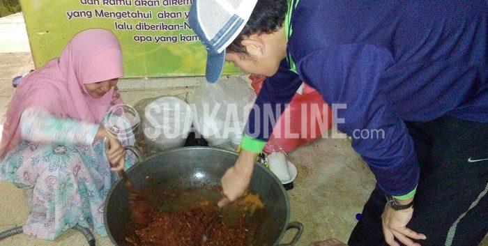 Dua orang mahasiswa asal Patani sedang memasak bumbu yang akan dijadikan gulai untuk santapan makan malam bersama, kamis (24/9/2015). Tahun ini mahasiswa asal Patani berkurban dua ekor domba. (Restia A J/ Suaka)