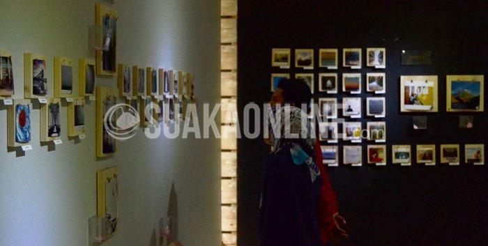 pengunjung sedang mengamati salah satu foto di Yuliansyah Akbar Gallery (4/10/2015). (M. Ilham H/Suaka)