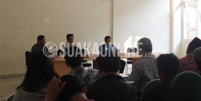 Wakil Rektor III Bagian Kemahasiswaan, Muchtar Solihin,  beberapa Wakil Dekan III, dan perwakilan aktivis UKM menghadiri audiensi terkait peraturan penggunaan faslitas kampus, Rabu (28/10/2015). (Ridwan A/ Suaka)