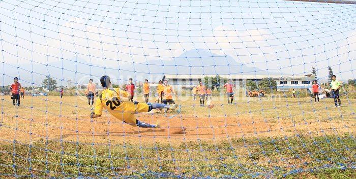 Fahmi Islami sukses menjadi eksekutor penalti ke gawang Sosisologi FC yang dijaga Muhammad Herul. Laga panas Jurnalistik Squad melawan Sosiologi berakhir imbang 1-1 pada lanjutan Grup C LSM-AJ 2015 di lapangan sepakbola UIN SGD, Soekarno-Hatta, Bandung (29/10/2015). (Ridwan Alawi/Suaka)