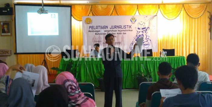 Pemimpin Redaksi harian Pikiran Rakyat, Achmad Setiyaji saat mengisi  seminar kejurnalistikan yang digelar oleh BEM Fakultas Adab dan Humaniora (FAH) di Aula FAH, Kamis (1/10/2015) lalu. (SUAKA/Ayu Pratiwi Ulfah).