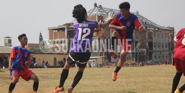 Duel maut antara penjaga gawang TPFC, Rendy dengan penyerang PMH United, Fahmi. Lutut Fahmi mendarat tepat di wajah Rendy sehingga harus ditarik keluar lapangan pada laga LSM-AJ 2015 Grup B, Rabu (28/10/2015). (Ridwan Alawi/Suaka)