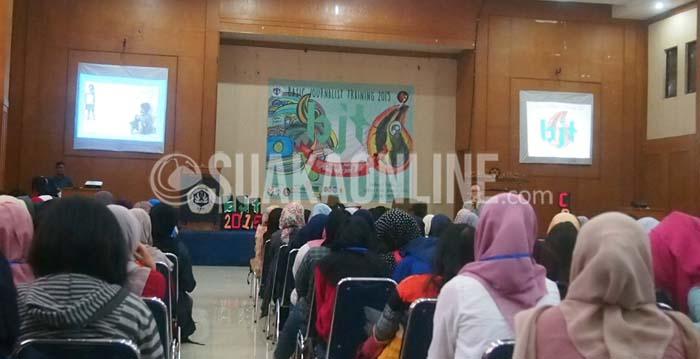 Penulis novel 'Cinta Pertama Sunny' Okke Oktriani saat mengisi materi di acara Basic Basic Journalistic Training (BJT) 2015 di Aula Amphiteatr UPI, Minggu (4/10/2015). (SUAKA/Nizar Al Fadilah).