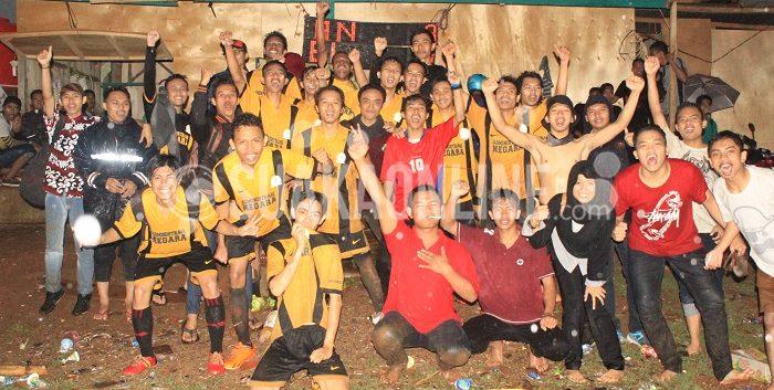 Skuad Anministrasi Negara bersama para supporternya merayakan kemenangan besar 9-1 atas rivalnya TBI dan lolosnya AN ke babak 12 besar sebagai juara Grup D LSM-Aj 2015, Kamis (12/11/2015). (Suaka/Ridwan Alawi)