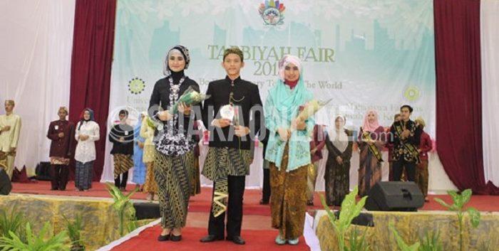 Cucu Mustarsidin (Tengah), Tika Rahayu (Kanan) dan Ai Fitria Ulfah (Kiri) terpilih manjadi mojang dan jajakan Tarbiyah dalam rangkaian acara Tarbiyah Fair di Aula Multipurpose UIN SGD Bandung, Selasa (10/11/2015). (Ima Khotimah/ Suaka)