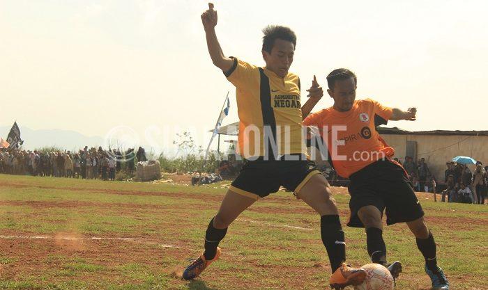 Penyerang Jurnalistik, Ilham di bayang – bayangi dengan ketat oleh pemain bertahan Administrasi Negara pada laga semifinal LSM-AJ 2015 Senin (23/11/15) di lapangan UIN SGD Bandung. (Nizar Al Fadilah/ Suaka)