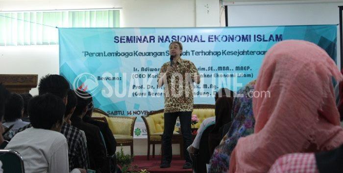 Adiwarman karim sedang memaparkan materi dalam Seminar Nasional Ekonomi Islam, yang diselenggarakan oleh Fordes, Sabtu (14/11/2015). (Reina/Suaka)