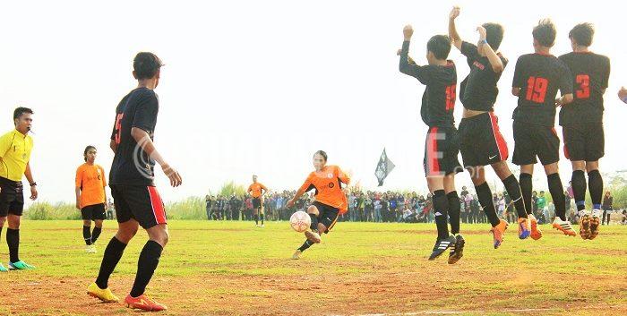 Fahmi Islami melepaskan plesing rendah. Meski mampu dibendung penjaga gawang Manajemen, Wahyu, bola muntah dimanfaatkan Ilham Faturochman dan membuat Jurnalistik unggul 1-0 pada laga delapan besar LSM-AJ 2015, Rabu (18/11/2015). (Ridwan Alawi/Suaka)