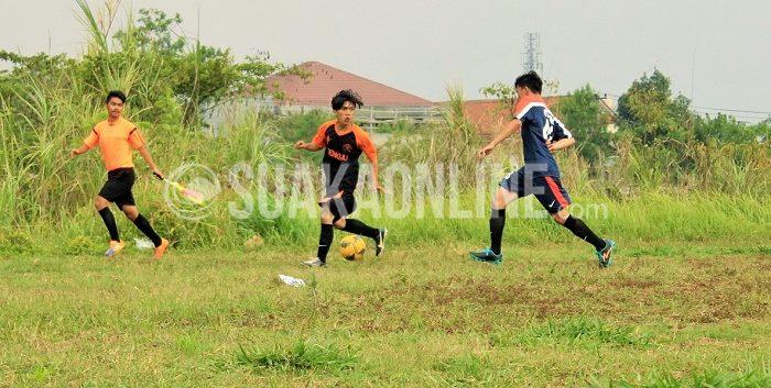 Gelandang serang Muamalah, Rochdiana (kiri) dijaga ketat oleh pemain belakang Informatika Rachmawan (kanan). Muamalah menang tipis 1-0 atas Informatika pada laga 12 besar LSM-AJ 2015, Selasa (17/11/2015) dan lolos ke-8 besar. (Ridwan Alawi/ Suaka)