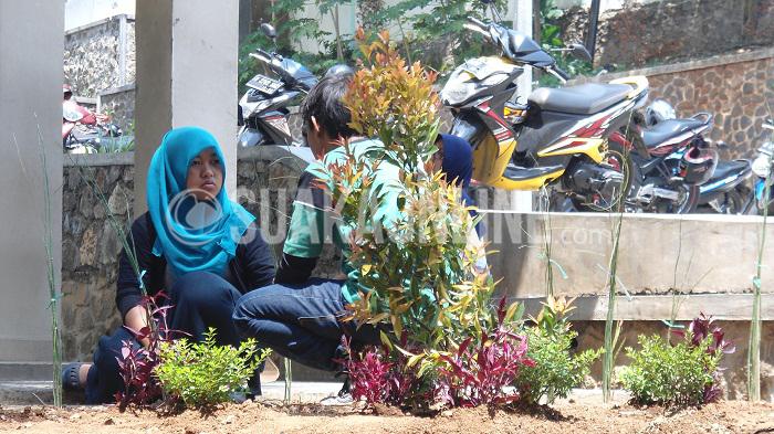 Seorang mahasiswa sedang berada di depan Gedung V Fakultas Adab dan Humaniora, Jumat (21/11/2015).