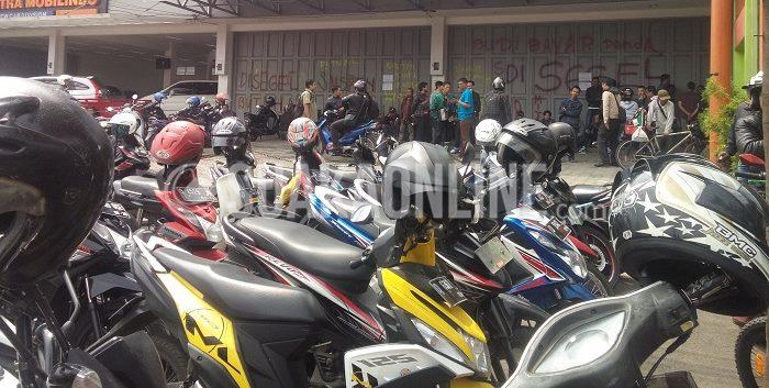 Ratusan driver gojek mendatangi kantor perusahaan gojek di Jalan Raya BKR, Buah Batu, Senin (7/12/2015).( Restia A J/ Suaka)