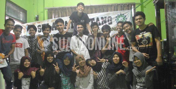 Persatuan Mahasiswa Sulawesi UIN SGD Bandung , yang mengatasnamakan Pammase berfoto usai pembentukan dan pemilihan ketua secara aklamasi, Jumat (25/12/2015). (Purna Irawan/ Suaka)