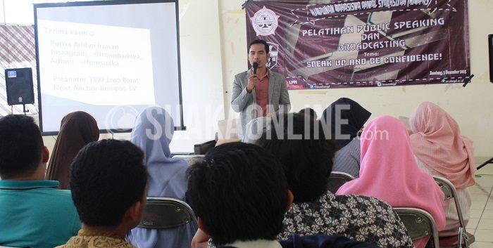 Presenter TVRI Jawa Barat, Purna Irawan Aditya sedang menyampaikan materi Public Speaking  yang digelar olehHimpunan mahasiswa Ahwal Syakhsiyah (AS). (Fani Nabilah/ Suaka)