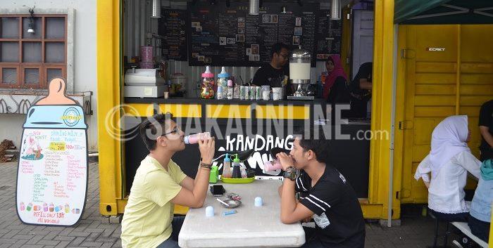 Pengunjung tengah menikmati sajian kuliner di Kandang Monyet,