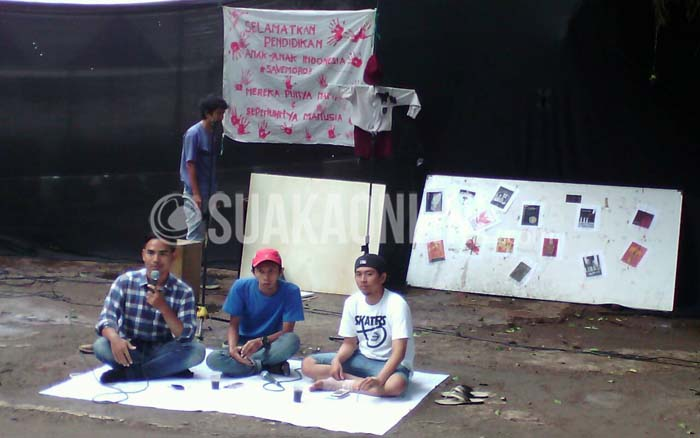 Suasana diskusi tentang pendidikan di Moro-moro, Mesuji Lampung yang diseenggarakan oleh LPM Suaka, DPR Society dan Suar Alterasi, Selasa (15/12/2015) di DPR UIN SGD Bandung. (Suaka/Adi Permana).