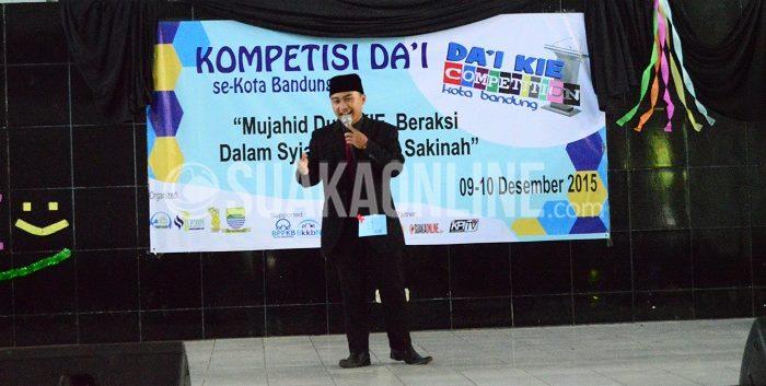 Salah satu finalis Da'i KEI sedang beraksi dalam acara Lomba Da'i se-Kota Bandung, Kamis (10/12/2015) di Aula lama UIN SGD Bandung.(Ibnu Fauzi/Suaka)