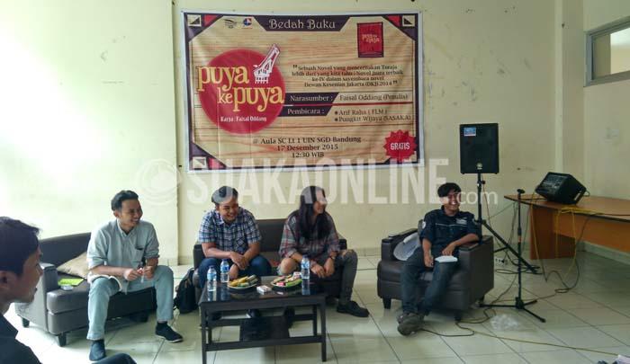 Dari Kanan, Agam Pratama (moderator), Arif Raha (Komunitas FLM), Faisal Oddang (penulis novel Puya ke Puya), Pungkit Wijaya (Komunitas Sasaka). Mereka hadir dalam acara Bedah Buku Puya ke Puya yang diselenggarakan BEM-J Sastra Inggris di Aula Student Center UIN SGD bandung, Kamis (17/12/2015). (Suaka/Ayu Pratiwi Ulfah).