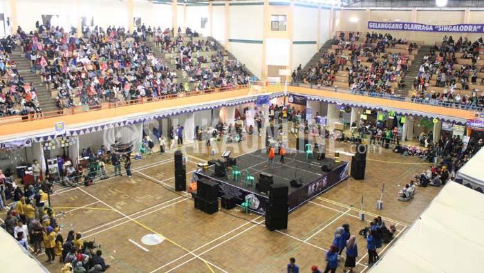 Suasana acara Indramayu University Expo (IUE) 2016 di gelanggang olahraga (GOR) Singalodra, Indramayu, Minggu (24/1/2016). (SUAKA/Ibnu Fauzi).