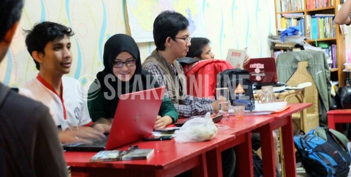 Anggota Komunitas Aleut tengah berdiskusi saat ditemui di sekretariatnya yang berlokasi di jalan Solontongan No. 20D Buah Batu, Bandung, Kamis (11/2/2016). Komunitas ini mempelajari sejarah dengan cara mendatangi langsung tempat-tempat bersejarah yang dituju. (Yeni Hanum/Magang)