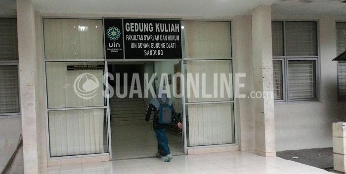 Seorang mahasiswa memasuki gedung kuliah Fakultas Syariah dan Hukum (FSH) UIN SGD Bandung, Jum'at (26/2/2016). (Anisa Meidayanti/Magang)