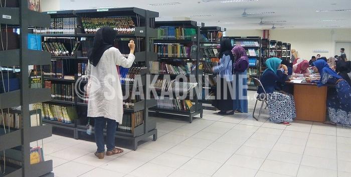 Mahasiswa sedang menggunakan fasilitas perpustakaan UIN SGD Bandung, Rabu (10/2/2016). Perpustakaan UIN SGD Bandung kini sedang mengalami kemajuan yang cukup pesat dengan pengadaan e-journal, penambahan alat multi purpose station, drop book, dan alat online public access catalogue. (Alya Hanifah / Magang)