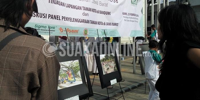 """Pengunjung sedang melihat pameran foto karya peserta lomba fotografi yang diselenggarakan oleh Ikatan Arsitektur Lansekap Indonesia (IALI) di Jalan Sukarno, Kamis (25/2/2016). Melalui Lomba Fotografi se-Jawa Barat yang mengangkat tema mengenai """"Aku dan Taman Kotaku"""" tersebut, IALI ingin berkontribusi dengan memperkenalkan fungsi taman ke masyarakat. (SUAKA/Restia Aidilia Joneva)"""