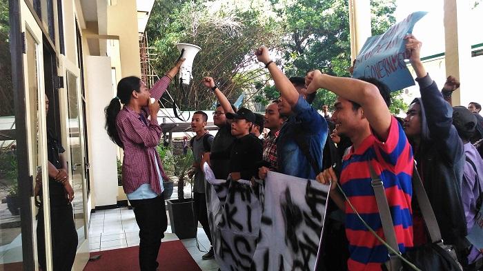 Gema nyanyian bernuansa perjuangan dinyanyikan oleh massa aksi Aliansi Mahasiswa di pelataran Gedung Rektorat UIN SGD Bandung, Jum'at (19/2/2016). Puluhan mahasiswa yang tergabung dalam Aliansi Mahasiswa ini menuntut agar Wakil Rektor III, Muhtar Solihin segera memberikan Surat Keputusan (SK) legalitas POKI 2015.