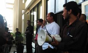 Kabag Kemahasiswaan, Asep Saepuddin Malik menjawab tuntutan yang dilayangkan aksi massa Aliansi Mahasiswa pada Jum'at (19/2/2016) di depan Gedung Rektorat. Asep menjanjikan Surat Keputusan (SK) legalitas POKI 2015 akan rampung pada Selasa, (23/2/2016) mendatang. (SUAKA/ Ridwan Alawi)