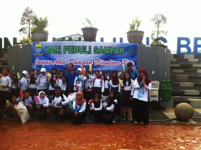 Relawan Bandung Clean Action saat berfoto bersama anak-anak SD sambil mengacungkan tumblr masing-masing sebagai pencegahan penggunaan plastik di Alun-Alun Ujung Berung. Minggu (21/02/16).