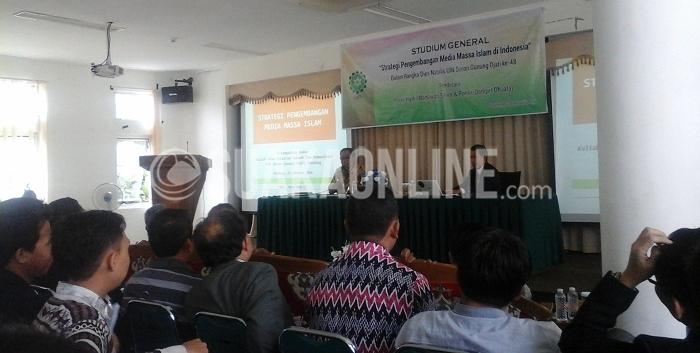 Parni Hadi (kiri) memaparkan materi mengenai strategi untuk menghadapi pengembangan media massa islam di Indonesia, di Aula Fakultas Dakwah dan Komunikasi UIN SGD Bandung, Selasa (23/2/2016). Melihat persaingan media massa yang semakin ramai diperbincangkan, Parni Hadi sepakat dengan terciptanya media yang memiliki ruh islam didalamnya. (SUAKA/Ibnu Fauzi)