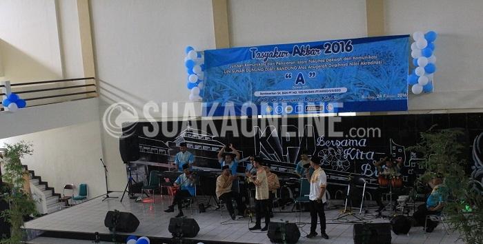 Antusiasme Masyarakat KPI menyambut Group Band Arabic Nebrazz di acara Tasyakur Akbar Jurusan Komunikasi Penyiaran Islam dalam rangka merayakan keberhasilan Jurusan KPI meraih Akreditasi A, di Auditorium UIN SGD Bandung Rabu (24/02/2016). (Elya Rafsanzani / Magang)
