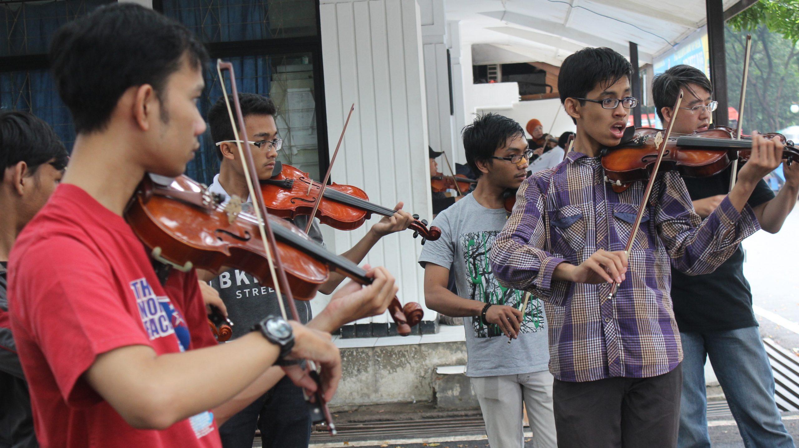 sejumlah Anggota AVC Bandung sedang berlatih bersama bermain Biola di areal Taman Balai Kota, Bandung, minggu (21/2/16).