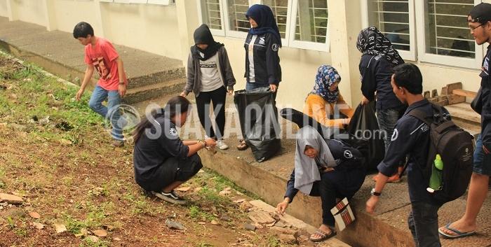 Badan Eksekutif Mahasiswa Jurusan (BEM-J) Sastra Inggris tengah melaksanakan kegiatan Jum'at Bersih sebagai wujud peduli lingkungan kampus UIN SGD Bandung, Jum'at, (26/02/2016). Dengan menggunakan kantong sampah (Trash Bag) anggota kegiatan tersebut membersihkan sampah-sampah yang ada di lingkungan kampus. (Laura Hilmi/Magang)