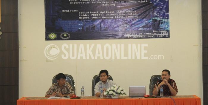 Operator PD-Dikti PTIPD UIN SGD Bandung, Ichsan Taufik (paling kanan) sedang mengenalkan aplikasi website service fedder yang berfungsi untuk mengintegrasikan antara Sistem Informasi Akademik (Simak) dan PD-Dikti Nasional di Aula gedung Lecture Hall, Jum'at (26/2/2016). (Chairul Fauzi Maulana / Magang)
