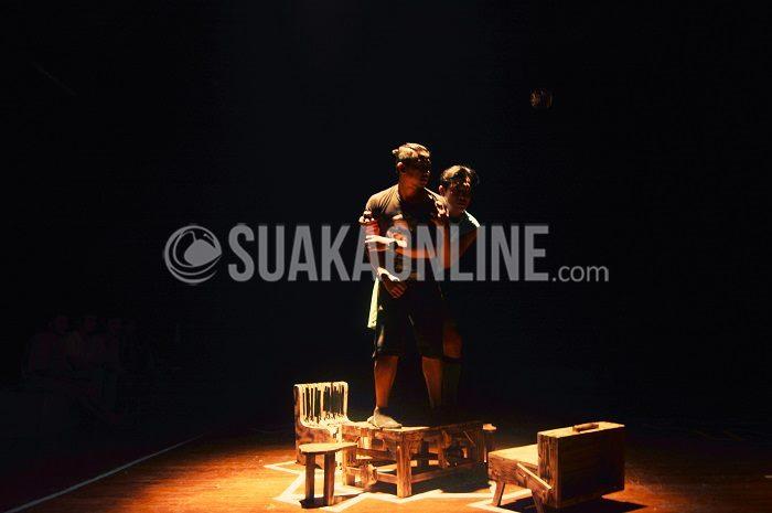 Tokoh Biff Loman dan Harold Loman protes terhadap sikap ayah mereka, Willy Loman yang selalu berkhayal mereka hidup sukses. Adegan ini bagian dari teater 'Loman'  yang ditampilkan oleh grup teater C.A.N.D.U di gedung G.K Dewi Asri Institut Seni Budaya Indonesia (ISBI) Bandung, Jumat (12/2/2016). (SUAKA/Kelvin).