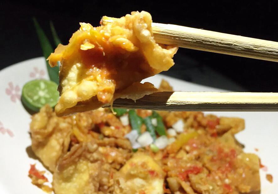 Gincu Seuhah makanan sejenis batagor mempunyai rasa pedas yang bisa membuat bibir merah merona.