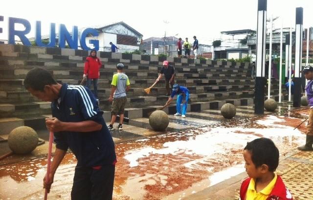 Mulai dari anak-anak, bapak-bapak, hingga ibu-ibu, semuanya turut berpartisipasi bergotong-royong membersihkan Alun-alun Ujungberung, Minggu (21/2/2016) dalam rangka Hari Peduli Sampah Nasional. Kegiatan bersih-bersih ini digelar oleh Bandung Clean Action.