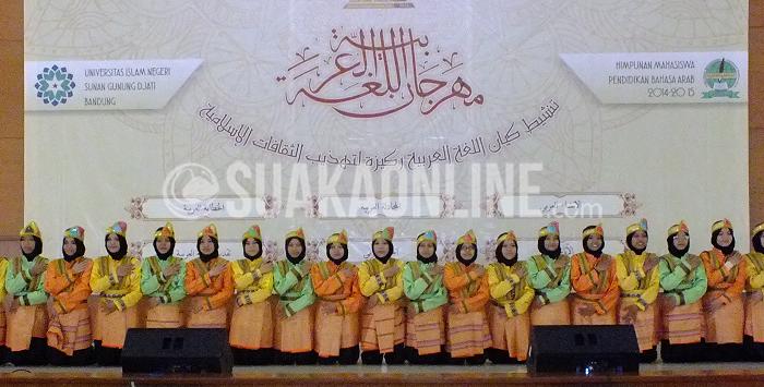 Tari Saman yang ditampilkan oleh para mahasiswi jurusan Pendidikan Bahasa Arab dalam pembukaan Semarak Apresiasi Khazanah Arab (Sahara) di Aula Multipurpose, Senin (15/2/2016). Acara ini merupakan acara rutin tahunan yang diadakan oleh HMJ Pendidikan Bahasa Arab UIN SGD Bandung. (Puji Fauziah / Magang)
